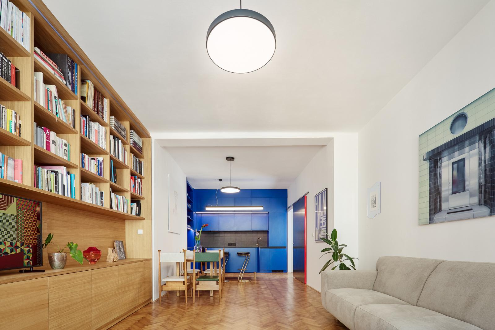Interiér leténského bytu po rekonstrukci podle návrhu 0,5 Studia. Foto Peter Fabo